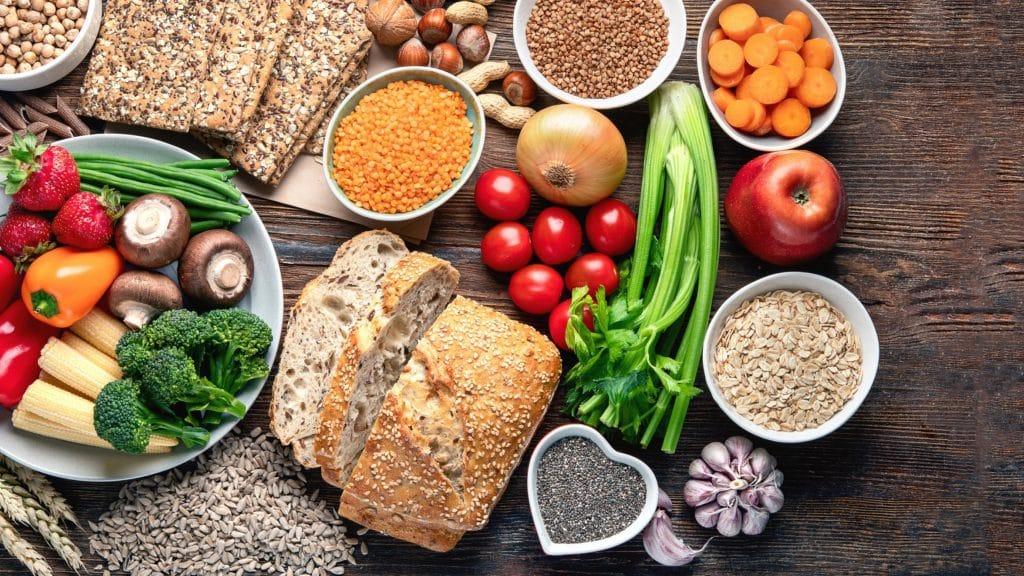 Eine Auswahl an gesunden Lebensmitteln.