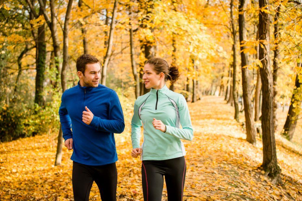 Die richtige Ausrüstung beim Joggen kann vor Muskelkater schützen. Spezielle Funktionskleidung reguliert bei Kälte und Wärme die Körpertemperatur und transportiert den Schweiß nach außen. (Bild: Martinan/fotolia.com)