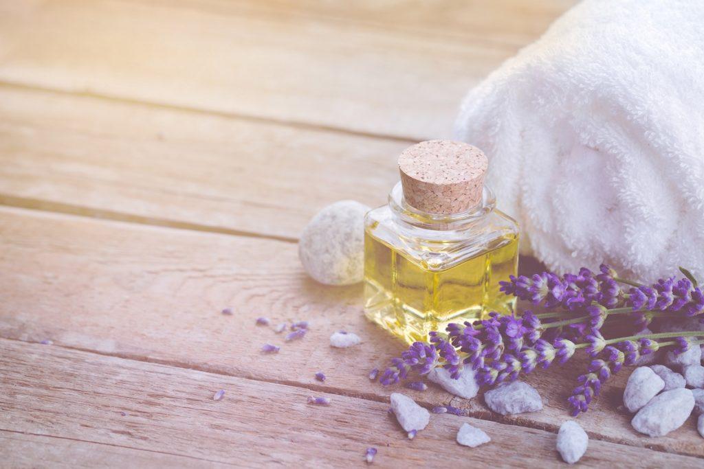 Ein heißes Bad mit ätherischem Lavendelöl kann sehr wohltuend bei Muskelschmerzen sein. (Bild: Floydine/fotolia.com)