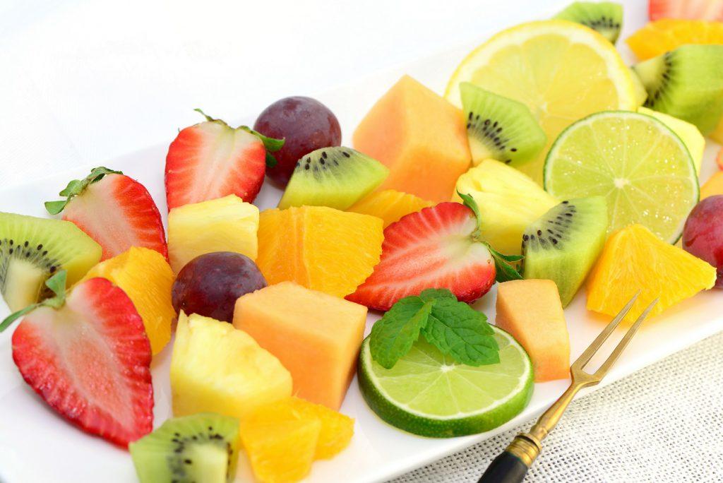Früchte wie Kiwi oder Ananas versorgen den Körper mit wichtigen Enzymen. (Bild: photocrew/fotolia.com)