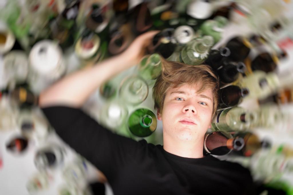 Alkoholsucht wird häufig durch Erlernen bei den Eltern begünstigt. (runzelkorn/fotlia)