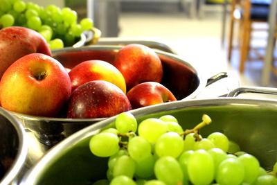 Mehrere Behälter voller frischem Obst