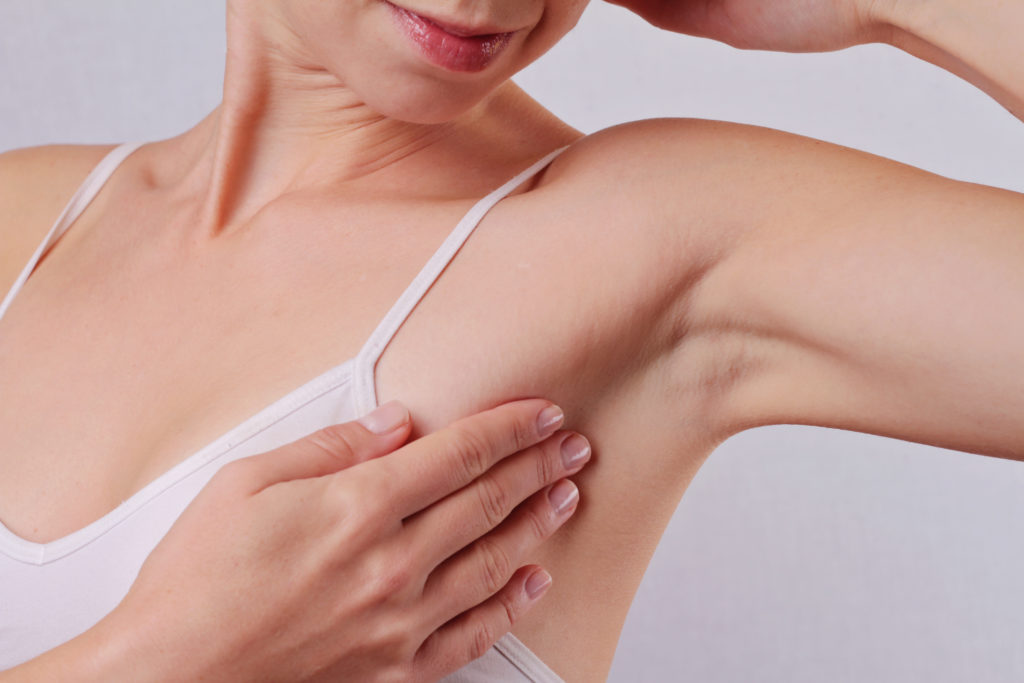 Oft hat der Knubbel in der Achselhöhle eine relativ harmlose Ursache wie zum Beispiel eine Entzündung der Schweißdrüsen. (Bild: glisic_albina/fotolia.com)