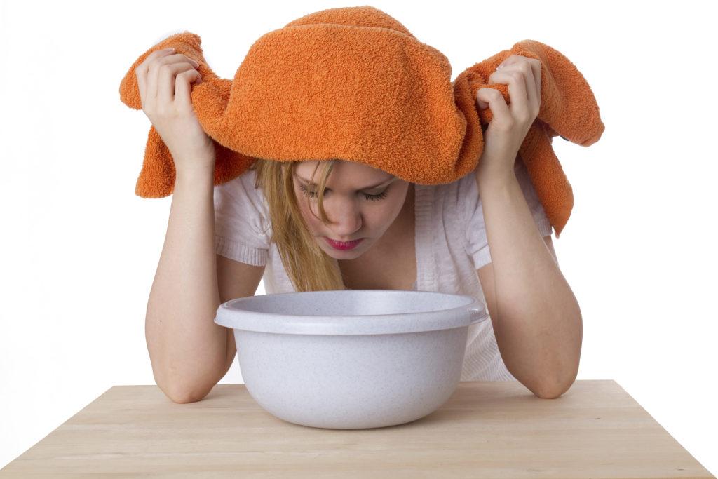 Inhalieren - am Besten mit Meersalz und Kamille - ist bei Husten ein sehr altes und bewährtes Hausmittel. (Bild: Martin Christ/fotolia.com)