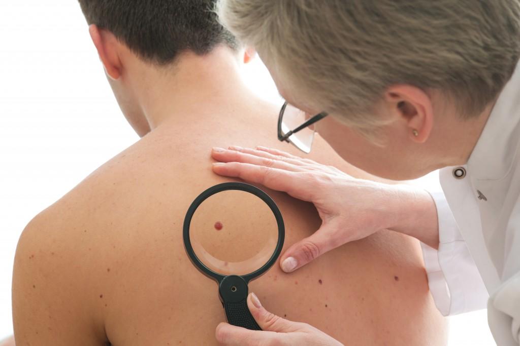 Den Körper regelmäßig untersuchen. Foto: Alexander Raths/Fotolia