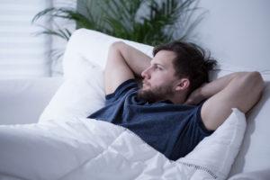 Immer mehr Menschen leiden unter Schlafstörungen. Eine Ursache sind zum Beispiel die Smartphones. Ständige Neuigkeiten halten die Menschen wach.