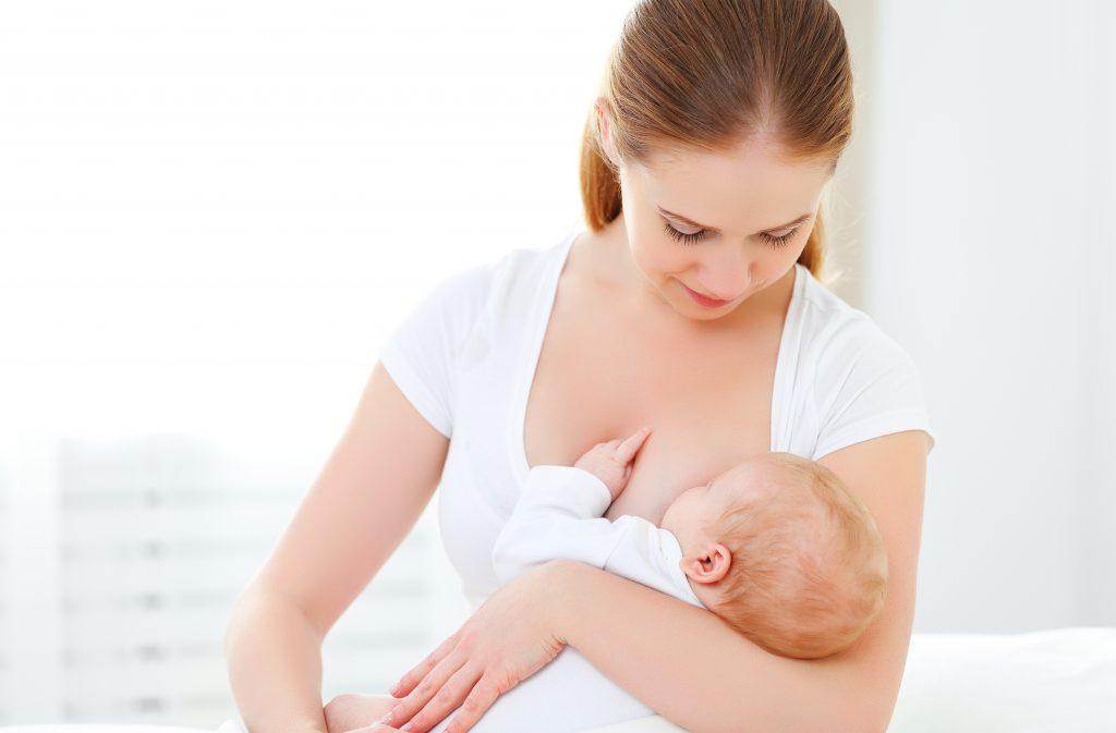 Grund für einen Knoten unter der Achsel kann  eine Brustentzündung sein. Von dieser sind häufig stillende Frauen kurz nach der Geburt betroffen. (Bild: JenkoAtaman/fotolia.com)