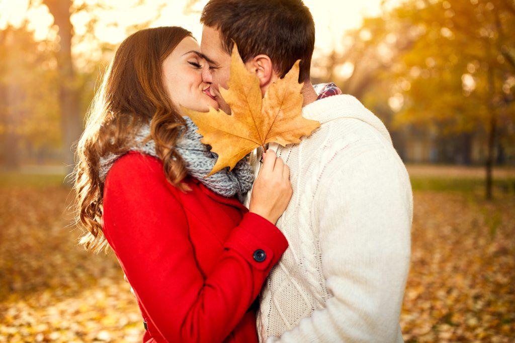 """Eine Lymphknotenschwellung unter der Achsel kann auf Pfeiffersches Drüsenfieber hindeuten. Da dieses vor allem über den Mund übertragen wird, ist das Fieber auch als """"kissing disease"""" bekannt. (Bild: Igor Mojzes/fotolia.com)"""