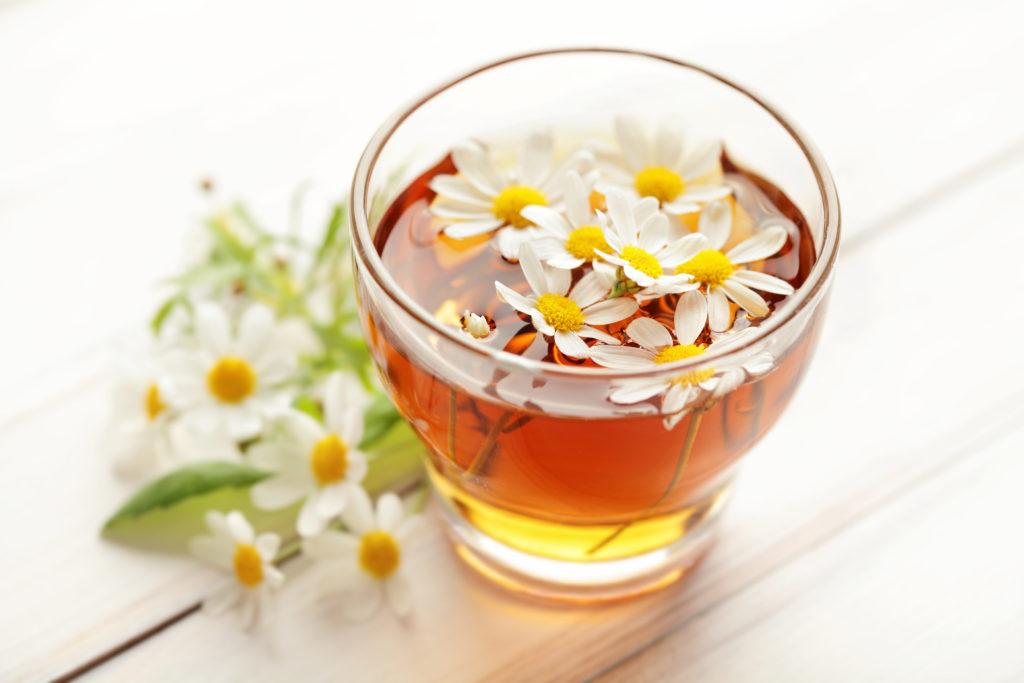 Zur Beruhigung des Magens kennt die Naturheilkunde die Kamille, am Besten als Tee getrunken. (Bild: kuleczka/fotolia.com)