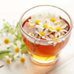 Zur Beruhigung des Magens kennt die Naturheilkunde die Kamille. Am Besten als Tee getrunken. Bild: kuleczka/fotolia