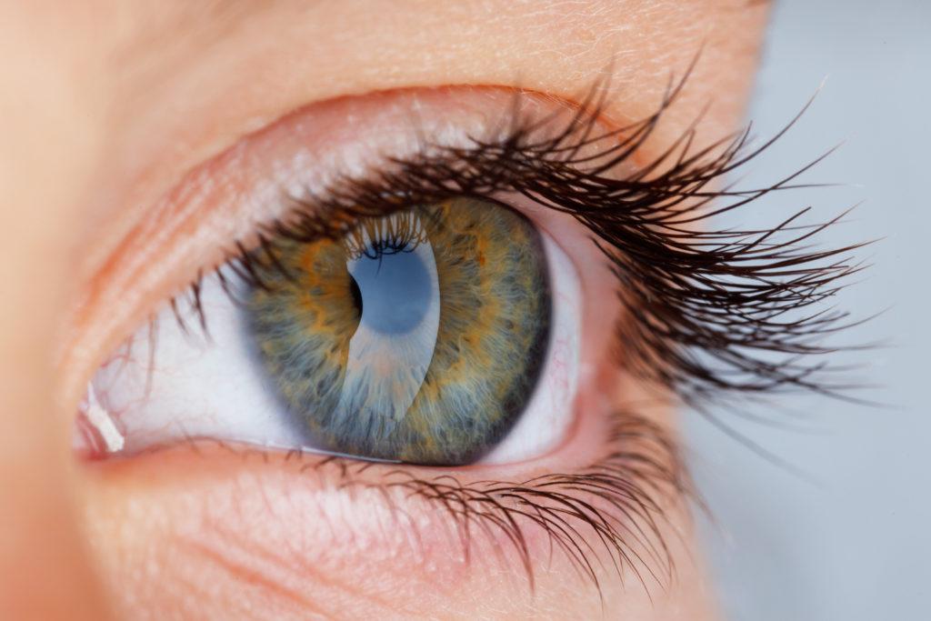 Augenlidzucken wird in den meisten Fällen durch Stress, Überanstrengung der Augen, Mineralstoffmangel oder Übermüdung der Augen ausgelöst. Aber auch schwerwiegende Ursachen können selten ursächlich sein. (Bild: Ramona Heim - Fotolia)