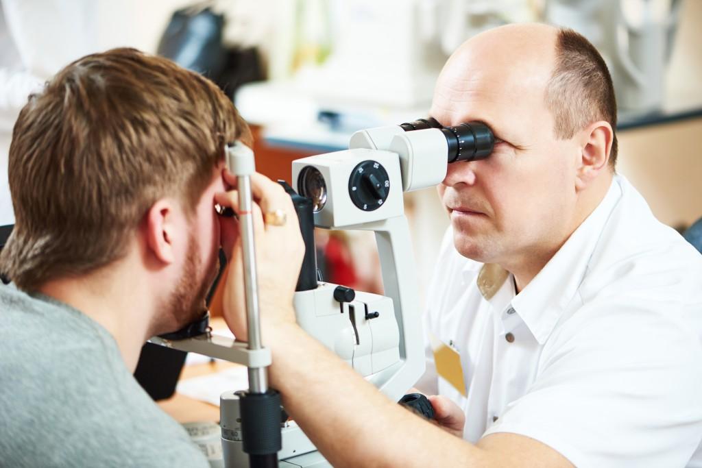 Ein Augenarzt untersucht überlastete Augen. (Bild: Kadmy - fotolia)
