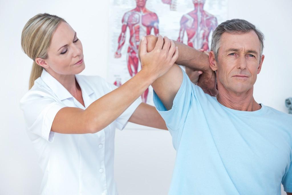 In der Physiotherapie werden verschiedene Dehn- und Streckübungen vollzogen, um die Beschwerden zu lindern. (Bild: WavebreakmediaMicro - fotolia)