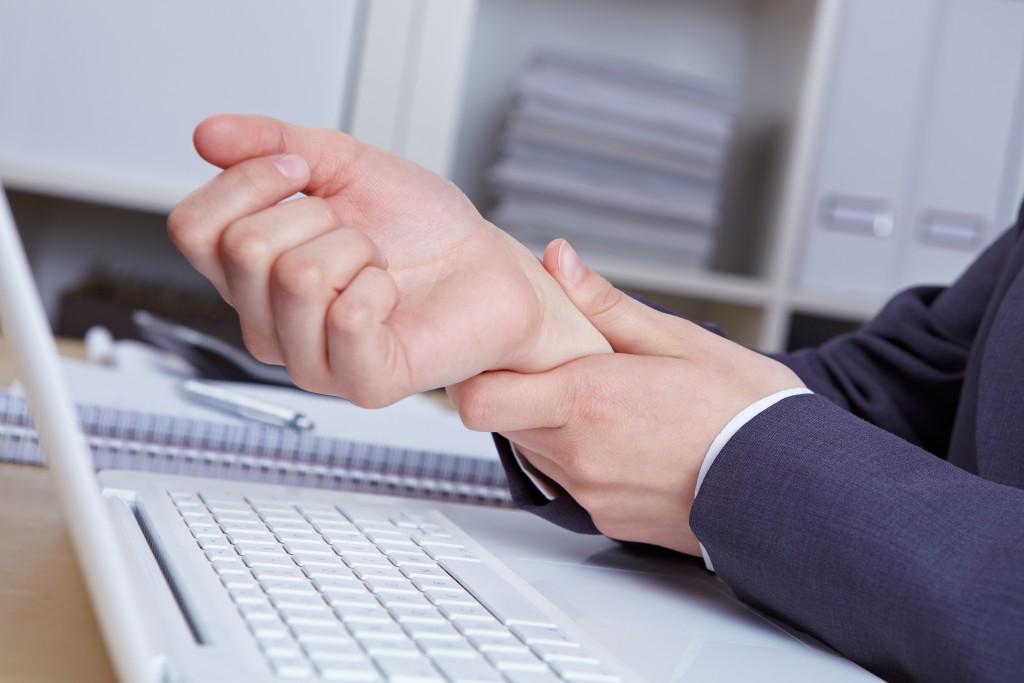 Einseitige Belastungen durch Mausklicken führen zum sogenannten Mausarm. Patienten erleben Schmerzen an der Hand, im Arm und in der Schulter. (Bild: Robert Kneschke -fotolia)