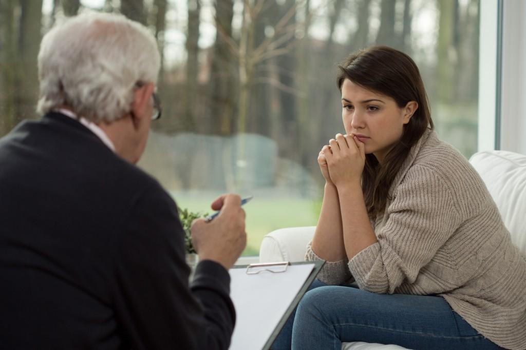 Einzelgespräche können die Wartezeit auf einen Therapieplatz überbrücken. Bild: Photographee.eu/fotolia)