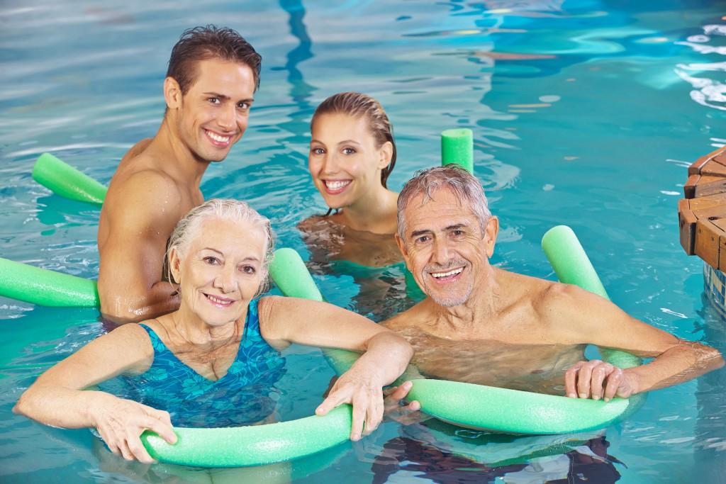 Schwimmen entlastet die Gelenke und fördert die Ausdauer. Bild: Robert Kneschke/fotolia)