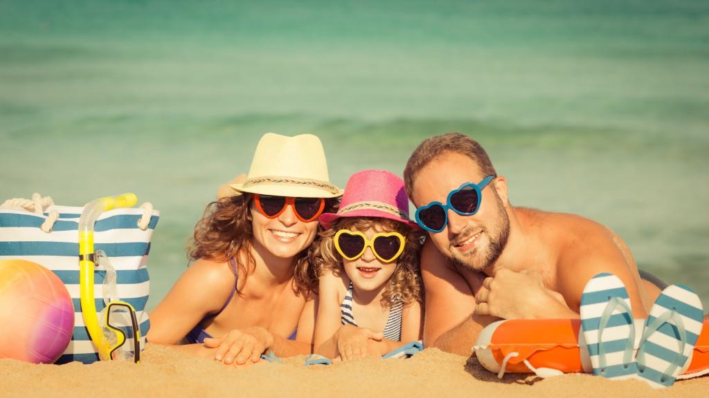 Sonnenbrillen mit dunklen Gläsern schützen nicht automatisch vor UV-Strahlen. (Bild: Sunny studio/fotolia)