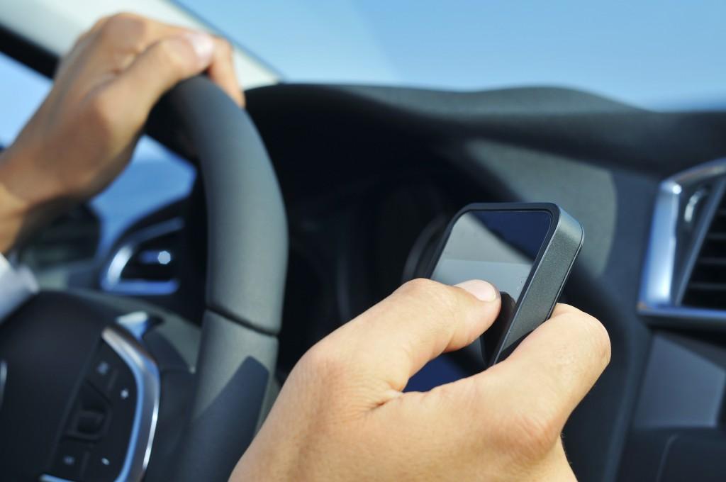 SMS oder Telefonieren gehören zu den meisten Ablenkungen. (Bild: nito/fotolia)