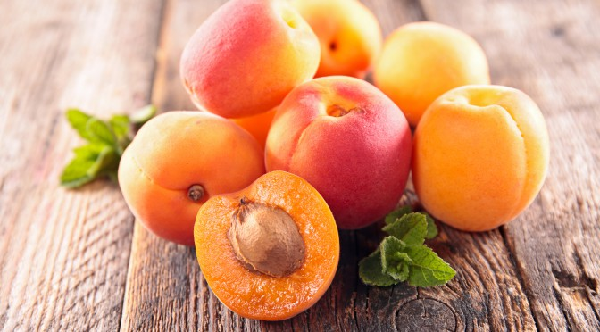 Mehrere Aprikosen auf einem Holztisch