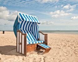 Strandkorb an verlassenem Strand