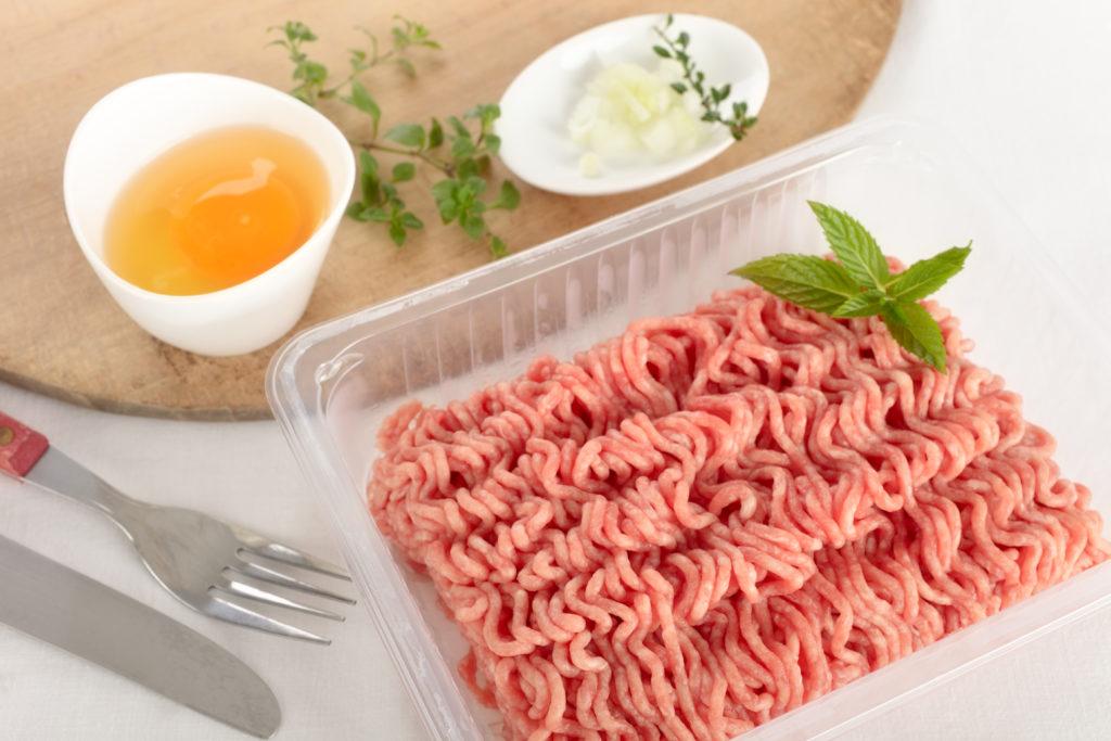 Eine Packung mit Hackfleisch steht auf einem Tisch.