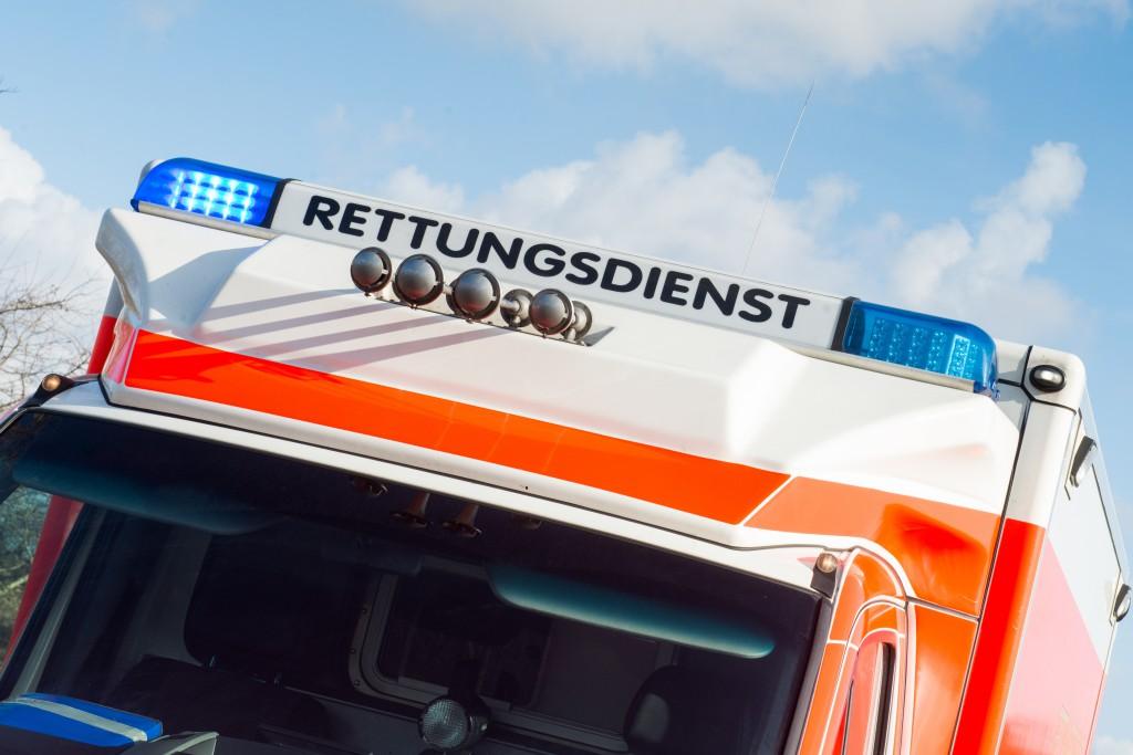 Massive Übelkeit und Erbrechen bei den Flüchtlingen im Würzburger Kloster hatte einen Großeinsatz an Rettungskräften zur Folge. (Bild: benjaminnolte/fotolia.com)