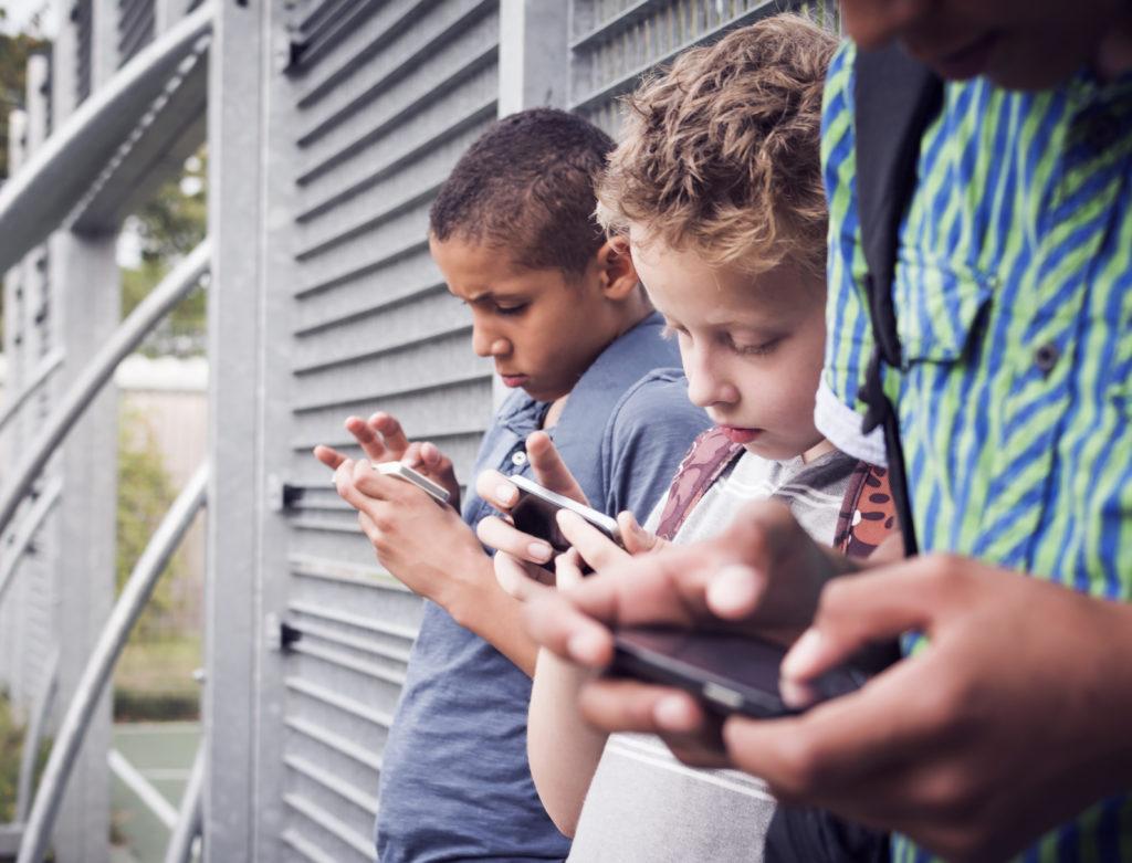 Viele junge Menschen sind regelrecht abhängig vom Handykonsum. Bild: bramgino - fotolia