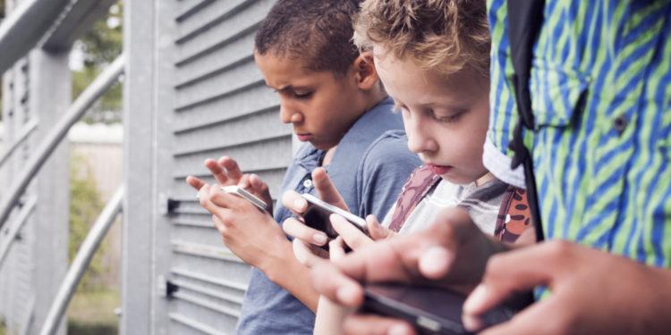 Kinder vor ihren Smartphones.