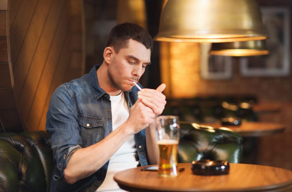 Die Kombination aus Alkohol und Tabak lässt das Gehirnvolumen deutlich zurückgehen und erhöht as Demenz-Risiko. (BIld:  Syda Productions/fotolia.com)