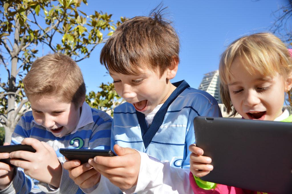 Kinder werden durch die bermäßige Smartphone- und Tablet-Nutzung in ihrer geistigen Entwiklung beeinträchtigt. (Bild: Natallia Vintsik/fotolia.com)