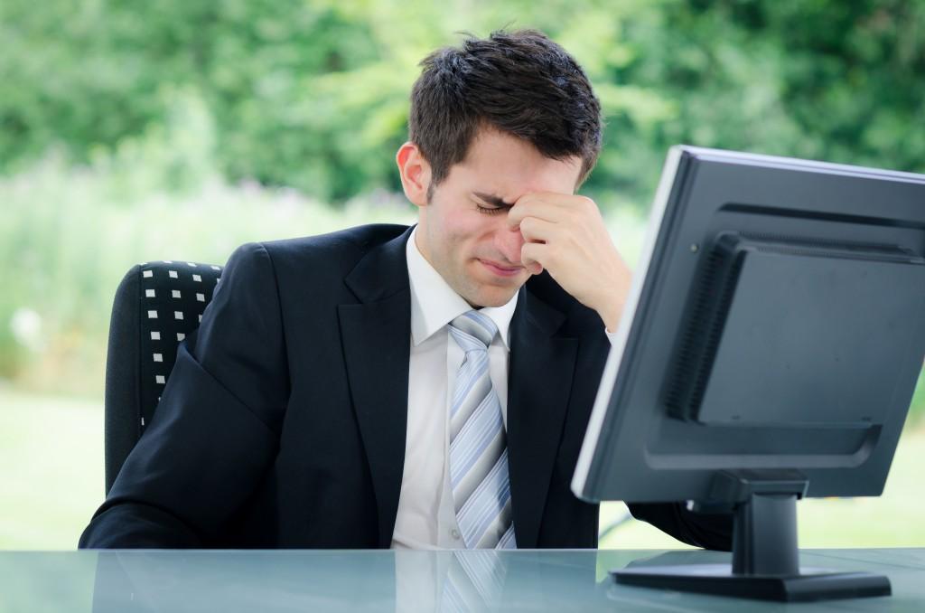 Eine häufige Ursache ist das stundenlange Arbeiten und Starren auf den PC. Bild: Picture-Factory - fotolia