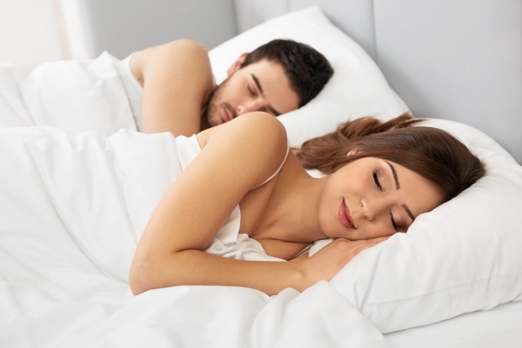 Ein paar Tipps reichen und der erholsame Schlaf klappt auch im Sommer. Bild: puhhha-fotolia