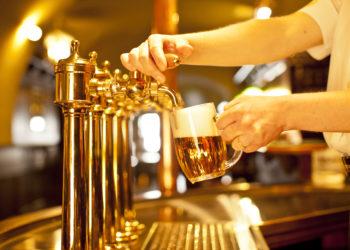 Gezapftes Bier: Bei Kontrollen wurden massenhaft Keime gefunden. Bild: habrda - fotolia