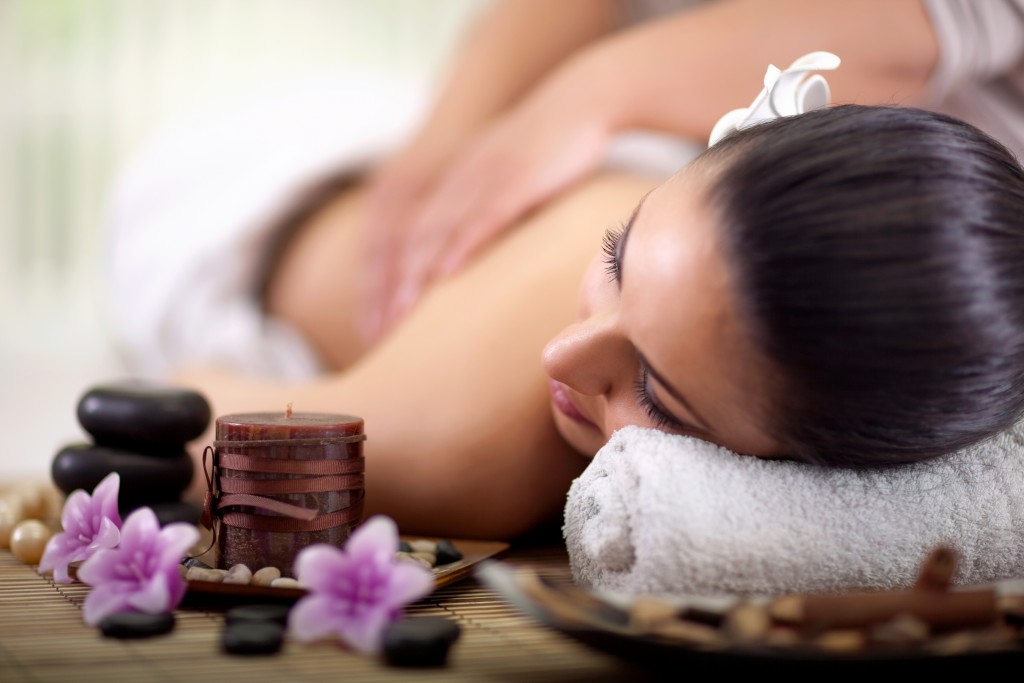 Bei einer Hot-Stone-Massage sind einige wichtige Aspekte zu beachten. Bild: V&P Photo Studio - fotolia
