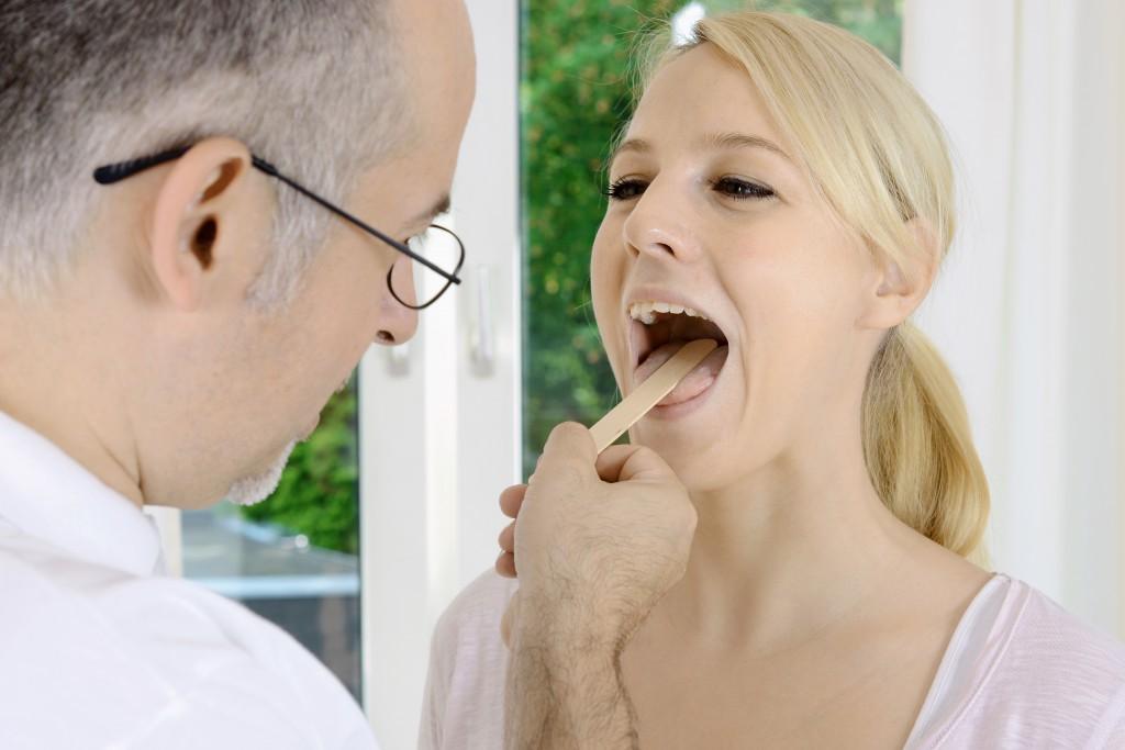 Bei anhaltenen Beschwerden am Gaumen sollte ein Arzt zu Rate gezogen werden. (Bild: Dan Race - fotolia)