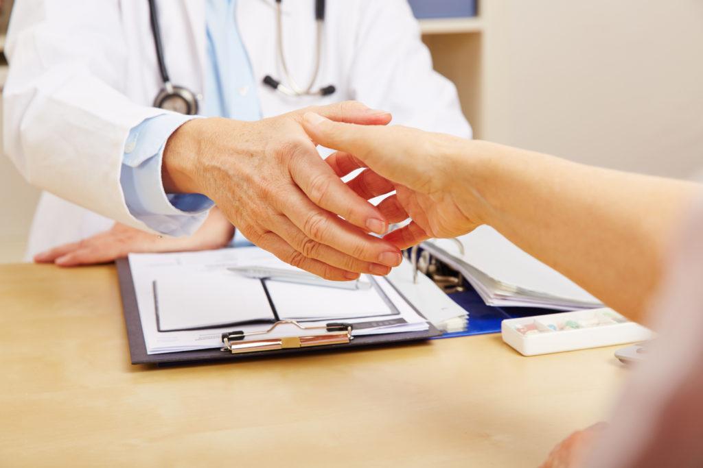 Ein Viertel der Ärztinnen und Ärzte war im Jahr 2013 älter als 60 Jahre. (Bild: Robert Kneschke/fotolia.com)