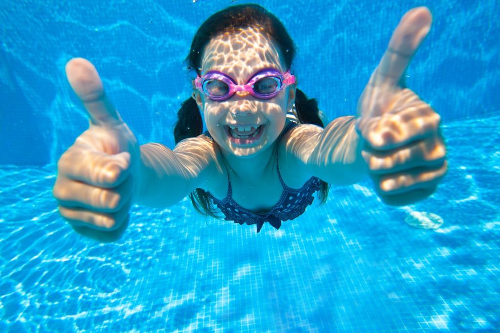 Nach dem Schwimmen raus aus den nassen Badesachen, sonst droht ggf. eine Blasenentzündung. (Bild: yanlev/fotolia.com)