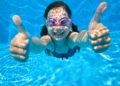 Tauchendes Kind im Pool.ol