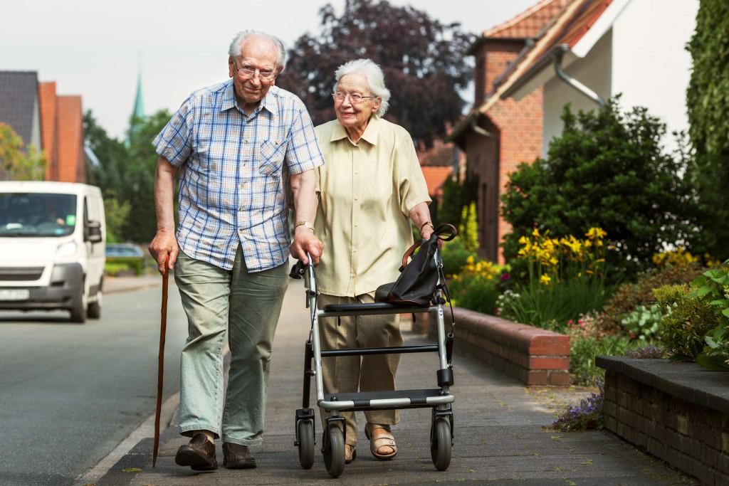 Viele Seniorinnen und Senioren haben Schwierigkeiten beim Gehen. (Bild: Ingo Bartussek/fotolia.com)
