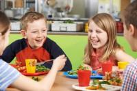 Für Kinder ist die  gesunde Ernährung besonders wichtig, doch viele Kinderlebensmittel sind diesbezüglich kontraproduktiv. (Bild: highwaystarz/fotolia.com)