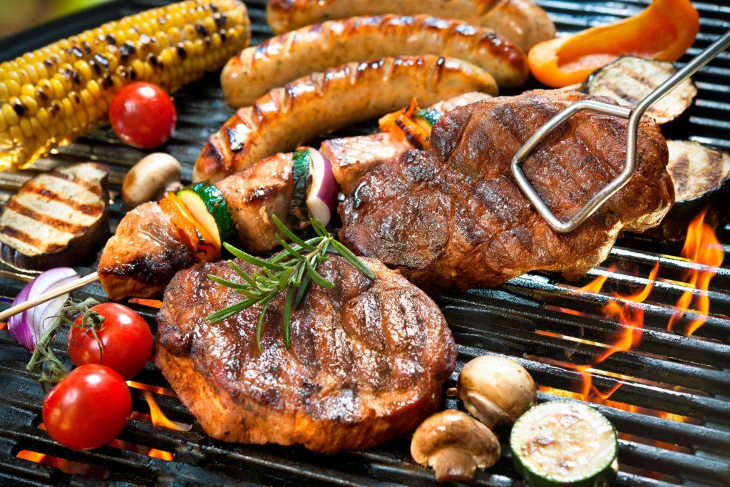 Des Grillgut hat maßgeblichen Einfluss auf die Umweltfolgen des Grillens. (Bild: Alexander Raths/fotolia.com)