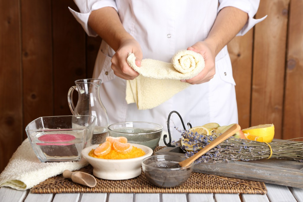 Kosmetik mit Fruchtbestandteilen von Orangen und anderem Obst können auch selbst hergestellt werden. (Bild: Africa Studio/fotolia.com)