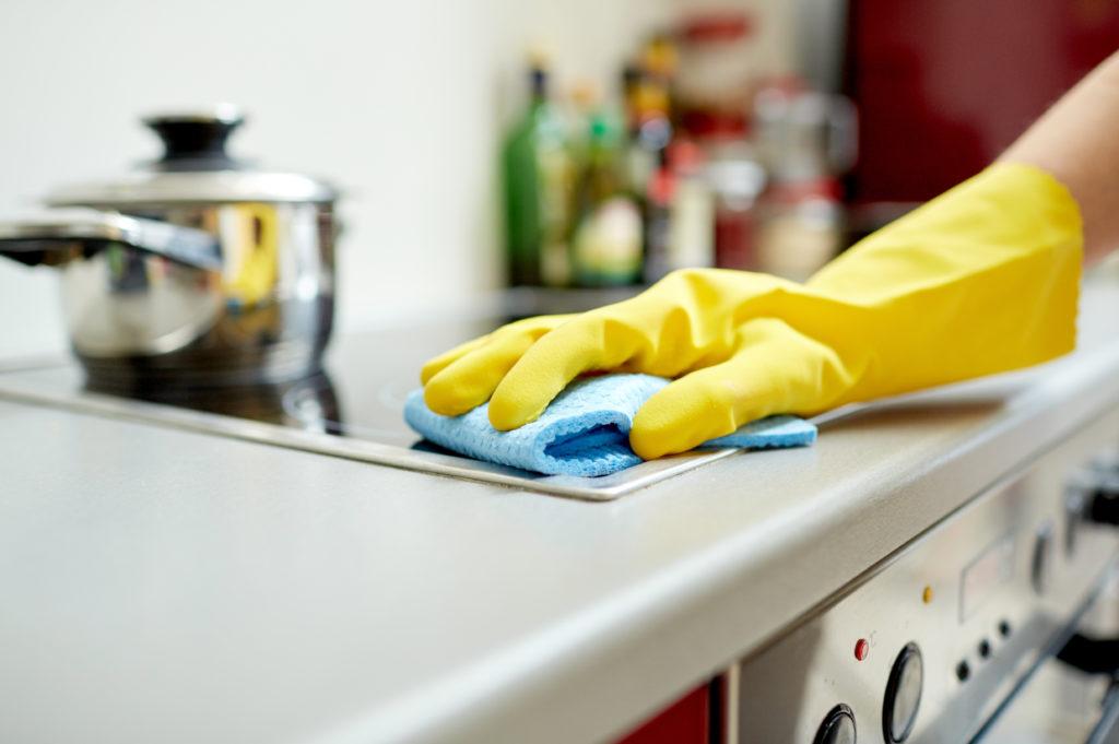 Die Belastung der Wohnung mit Mikroorganismen hängt maßgeblich vom Wohnort und den Mitbewohnern ab. (Bild: Syda Productions/fotolia.com)