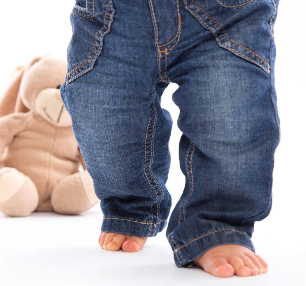 O-Beine im Kindesalter sind normal, doch solten diese ab dem dritten Lebensjahr verschwunden seien. (Bild: Jeanette Dietl/fotolia.com)
