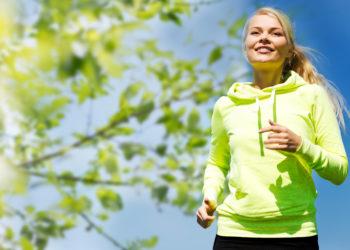 Insbesondere bei Outdoor-Sportarten sollte auf die richtige Kleidung geachtet werden. (Bild: Syda Productions/fotolia.com)
