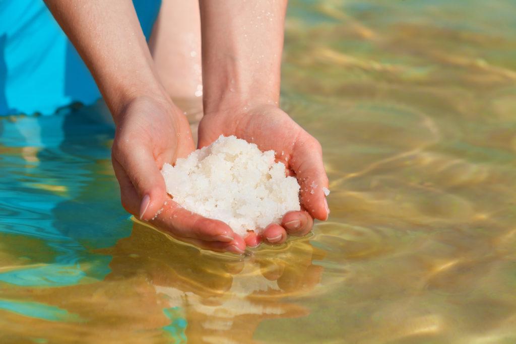 Die hohe Konzentration an Salzen und Mineralstoffen ist im toten Meer einzigartig. (Bild: vvvita/fotolia.com)