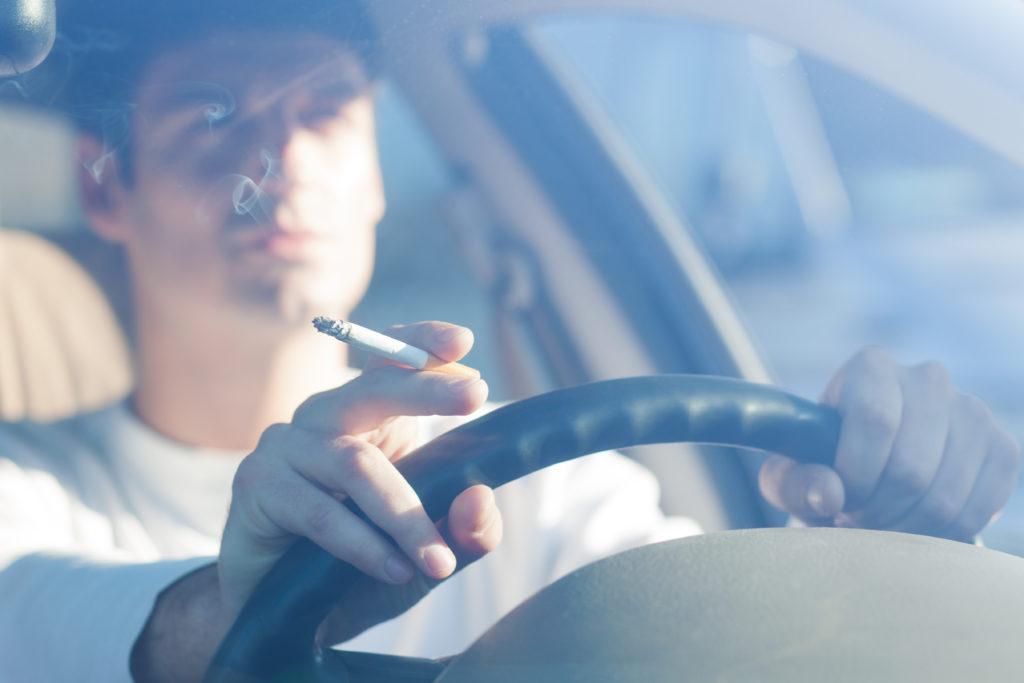 Rauchen am Steuer, wenn Kinder dabei sind? Bald in England verboten. Bild: aerogondo - fotolia