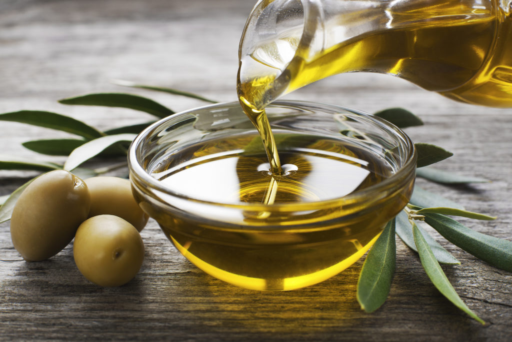 Olivenöl ist ein altes Hausmittel gegen trockene Haare. Bild: Dušan Zidar - fotolia