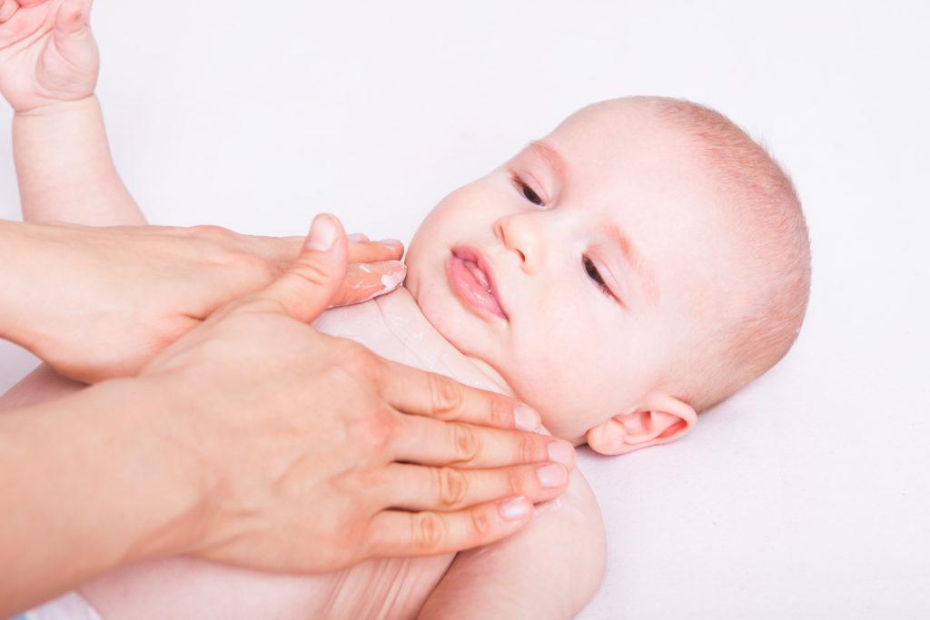 Zur Pflege der Babyhaut braucht es eine teuren Cremes oder Öle. (Bild: drubig-photo/fotolia.com)