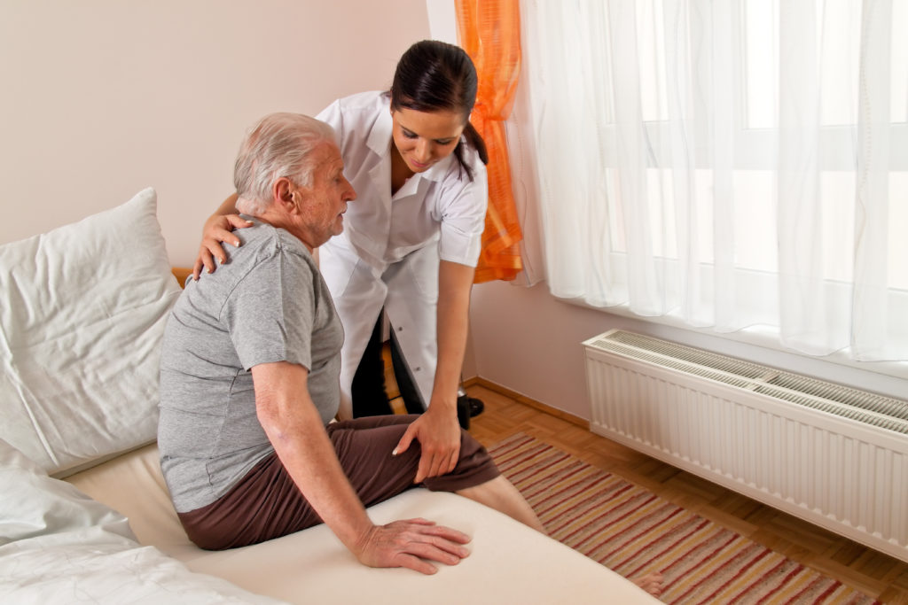 Regelmäßige Positionswechsel sind bei der Pflege dringend zu beachten, um die Entstehung von Druckgeschwüren zu vermeiden. (Bild: Gina Sanders/fotolia.com)